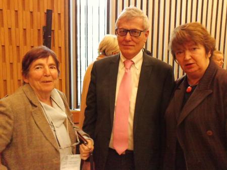 Renée Triolle (maldekstre) kaj Barbara Despiney kun Patrick Gallaud, la nova prezidanto de la Internacia Konferenco de NRO-oj.
